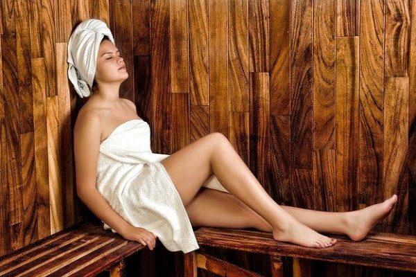 Nainen makaa saunassa