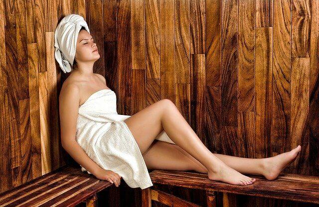 Viisi vinkkiä täydellisen saunaillan järjestämiseen